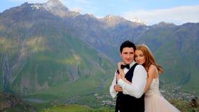 mariage Les jeunes mariés sont dans l'amour et la tendresse Georgia Kazbegi banque de vidéos