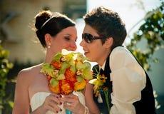 Mariage lesbien de couples au défilé d'arc-en-ciel de Toronto Image stock