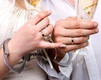 Mariage. Mains dans des nouveaux mariés de menottes Image stock