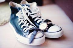 Mariage moderne avec des espadrilles au lieu des chaussures classiques Photographie stock libre de droits