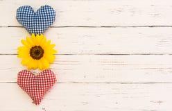 Mariage ou carte de jour de valentines avec les coeurs rouges et bleus avec la fleur jaune sur le bois blanc avec l'espace de cop Image libre de droits