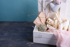 Mariage ou thème de valentines Voile nuptiale, rouleaux d'invitation, dentelles en soie roses, enveloppes L'espace pour le texte  Photos stock