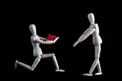 Mariage, proposition de fiançailles ou concept de valentines L'agenouillement courtisent Images libres de droits