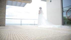 Mariage rêveur Belle jeune mariée attendant le marié Jeune mariée souriant avec bonheur Célébration de mariage banque de vidéos