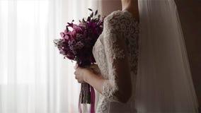 Mariage rêveur, belle jeune mariée, jeune mariée attendant le marié banque de vidéos