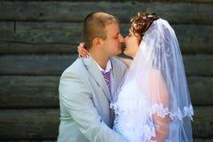 Baisers du marié et de la jeune mariée Photographie stock libre de droits