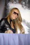 Mariah Carey en su firma CD. imágenes de archivo libres de regalías