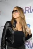 Mariah Carey en su firma CD. Foto de archivo