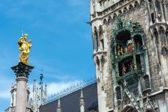 Marian Column och klockachimesna på Marienplatzen arkivfoton