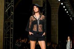 Mariana Coldebella (modello) cammina la pista per la raccolta del mango Fotografie Stock