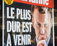 Marianne gazeta z Emmanuel Macron reklamą i Ciężkim ti Obrazy Stock