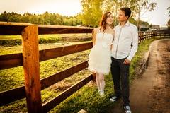 Marido cariñoso y la esposa en el pueblo en la boda Fotos de archivo