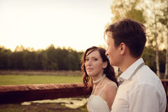 Marido cariñoso y la esposa en pueblo en la boda Fotografía de archivo