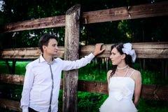 Marido cariñoso y la esposa en pueblo en la boda Fotos de archivo libres de regalías