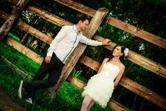 Marido cariñoso y la esposa en pueblo en la boda Foto de archivo libre de regalías