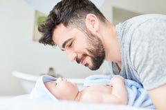 Marido como um pai orgulhoso e seu bebê Foto de Stock