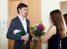 Marido con el manojo de flores y de caja de regalo Fotos de archivo