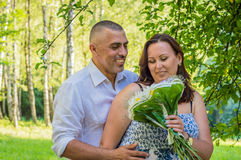 Marido con la esposa en el parque imagen de archivo libre de regalías