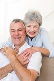 Marido de abarcamiento de la mujer mayor en casa Fotografía de archivo