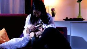 Marido de grito de acariciamento da esposa asiática após a luta filme