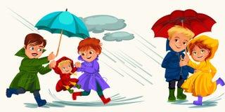 Marido de la familia y lluvia que camina de la esposa con el paraguas en manos, las gotas de agua que gotean en charcos, el papá  Fotografía de archivo