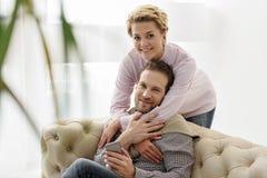 Marido despreocupado y esposa que se relajan en casa Foto de archivo libre de regalías