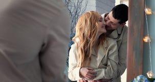 Marido e esposa que abraçam e que beijam video estoque