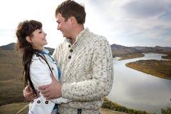 Marido e esposa que abraçam em uma montanha Imagens de Stock Royalty Free