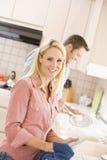 Marido e esposa que fazem pratos Foto de Stock