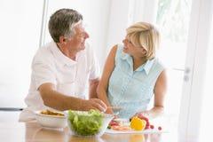 Marido e esposa que preparam a refeição, mealtime junto Foto de Stock