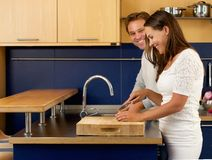 Marido e esposa que sorriem na cozinha Imagem de Stock