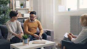 Marido enojado y esposa que pelean en oficina del psicoterapeuta durante la conversación metrajes