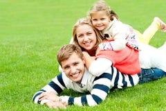 Marido, esposa e criança empilhados em se Fotografia de Stock Royalty Free