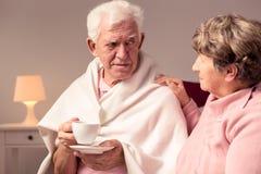 Marido favorable de la esposa con Alzheimer imagenes de archivo