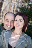 Marido feliz de los pares que abraza a su esposa foto de archivo