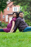Marido feliz do indiano do leste com sua esposa grávida Fotografia de Stock Royalty Free