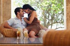 Marido feliz e esposa que fazem a lua de mel no recurso Fotos de Stock