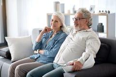 Marido feliz y esposa que entretienen en sala de estar Imagen de archivo libre de regalías