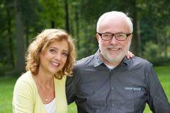 Marido feliz y esposa que sonríen al aire libre Foto de archivo