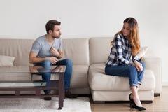 Marido irritado que prova o ponto de vista durante a luta com esposa fotos de stock