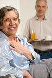 Marido jubilado que trae el desayuno para acostar Imagenes de archivo