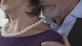 Marido maciamente que abraça e que beija sua esposa, apreciando e dando presentes vídeos de arquivo