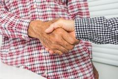 Marido mayor y esposa que sacuden las manos fotos de archivo
