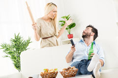 Marido preguiçoso e mulher irritada Foto de Stock