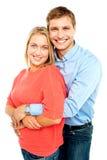 Marido que abraça sua esposa lindo de atrás foto de stock
