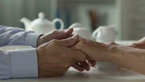 Marido que afaga delicadamente a mão de sua esposa amado, unidade por muitos anos filme