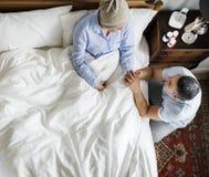 Marido que anima encima de esposa del cáncer imágenes de archivo libres de regalías