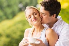 Marido que beija a esposa foto de stock