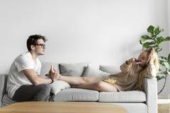 Marido que dá uma massagem do pé à esposa fotografia de stock