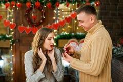 Marido que da el anillo de la esposa en el día del ` s de la tarjeta del día de San Valentín Fotos de archivo